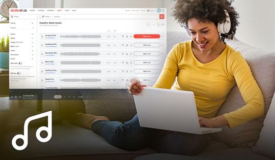 Eine Frau auf einer Couch mit einem Laptop und Kopfhörern auf dem Kopf und einer Benutzeroberfläche mit der Musik-Bibliothek